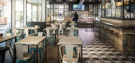 "Wood-effect stoneware and cement tiles in the original design of a ""0 food miles"" restaurant"